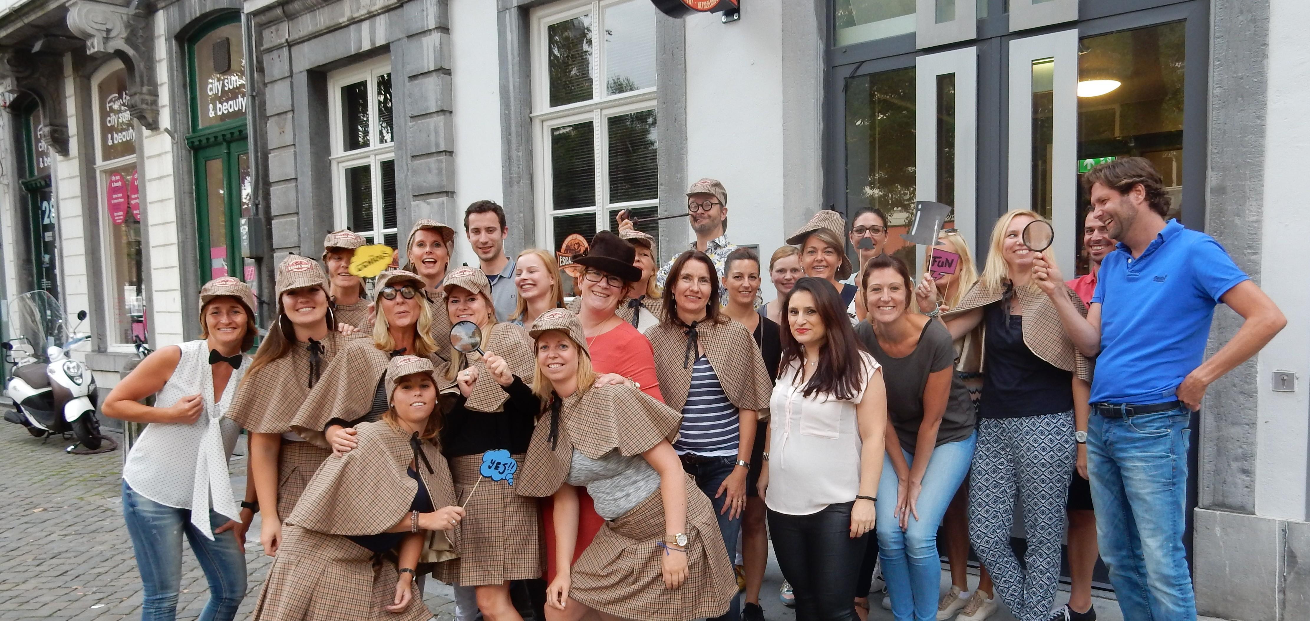 Bedrijfsuitje-Maastricht-groep-escape-room-spelers-buiten-e1488715583163
