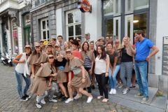 Bedrijfsuitje Maastricht - groep escape room spelers buiten